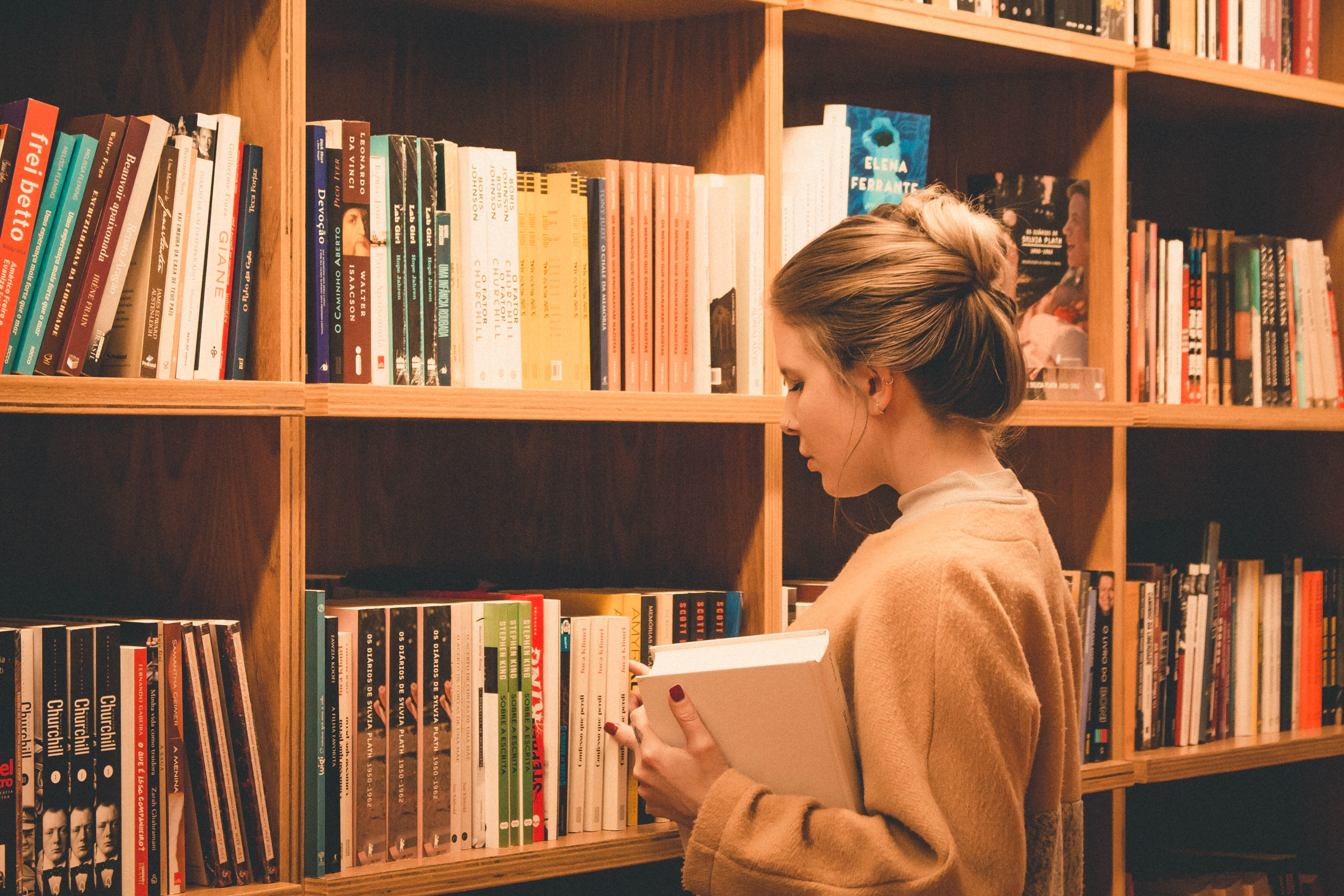 Student at library shelves